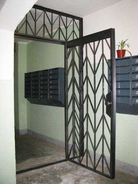 поставить металлическую решетку на дверь